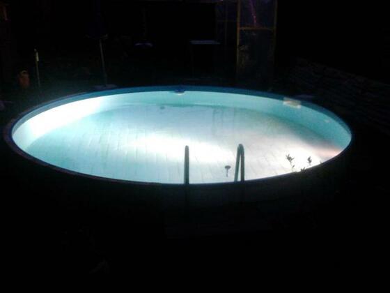67 Flutlicht im Pool. Ich guck schon immer ob da Flugzeuge im Landeanflug sind :D
