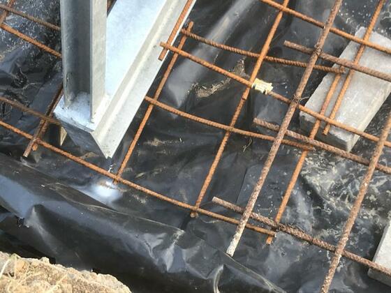gebogene Stahlmatte unter Träger verdrahtelt. Nur so entsteht eine Verbindung der Matten auf beiden Seiten.