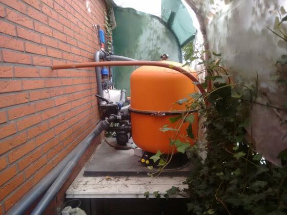 Innenansicht  reichlich Platz  Die beiden Rohre an der Wand sind die Rückspühlrohre die das Wasser in IBC Behälter leiten für die Weiterverwendung im Garten.