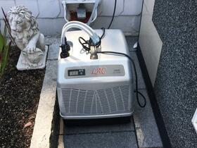 Wasserkühler 1,5 KW Kälteleistung schwarze Wanne, Südseite , ganzen Tag Sonne ohne Kühlung nicht auszuhalten.  Höchste gemessene Wassertemperatur 56C°. Nicht gut für`s Material und auch nicht für uns.