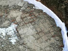 Februar 2019 - Nachdem punktuell eine grobe Mischung unter die Stahlmatten platziert war, wurden diese nach und nach angehoben.