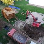 Ein Test Loch von Hand gegraben, an der Stelle wo später der Pool hin soll