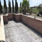 Stahlbewährung an Wände und Boden . Wassereinlässe und Skimmer in der Mauer fixiert