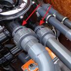 """Anschlußverschraubungen11/2"""" mit eingelegtem O-Ring (Pfeile) diese Verschraubungen gibt es fertig. Sie ersetzen das Teflonbad zum eindichten"""
