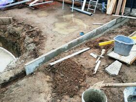 März 2019 - Während die Bodenplatte aushärtet habe ich mich um die Kantensteine gekümmert. Hier werden später auf einer Seite (oben am Pool) das Fundament sowie die Poligonalplatten verlegt und vorne auf der Seite gibt es einen schönen Rasen.
