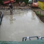 Bodenplatte betonieren fast fertig, dann hats angefangen zu regnen