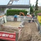 Verfüllen um den Pool und Bau der Mauer zum Nachbargrundstück mit rostigen Stahlplatten