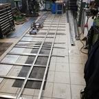Schweißen der Unterkonstruktion für den Plattenbelag und die Überdachungsschienen