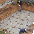 30.09.2010: Die Baufolie und die Baustahlmatten werden eingebracht