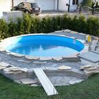 die Einfassungssteine für den Pool sind geschnitten