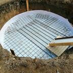 Februar 2019 - Die Stahlmatten liegen in der Grube. So konnte der alte Doppelstabmattenzaun sehr gut zweckentfremdet werden.